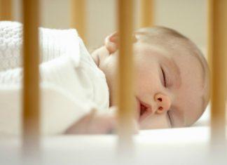 Estudo estabelece idade-limite para dormir no berço